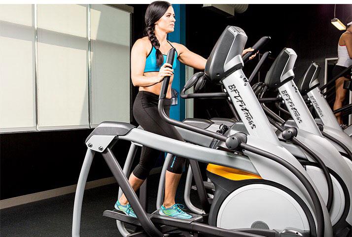 有氧健身器材的优缺点 有氧运动持续进行较长时间,对有氧代谢的各个环节包括肺的摄取氧气、心血管的载运氧气及肌肉利于氧气的功能都能加强锻炼,达到增强体力,防治多种心血管与呼吸道以及代谢性疾病的效果是健身运动和康复治疗的有效手段。有氧运动的基本内容是步行、慢跑,其他如舞蹈、爬坡、上楼、骑自行车、游泳、跳绳等,只要能适当掌握运动强度,也可作为有氧运动的方法。近年来开发了很多有氧运动的器材,使用时运动量较易调节,受到大家的欢迎。使用不同类型的器材做不同的方式的运动,能是全身更多的肌肉群经受有氧运动锻炼,普遍提高它们