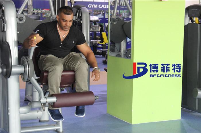 客户在博菲特展厅体验大腿伸展训练器
