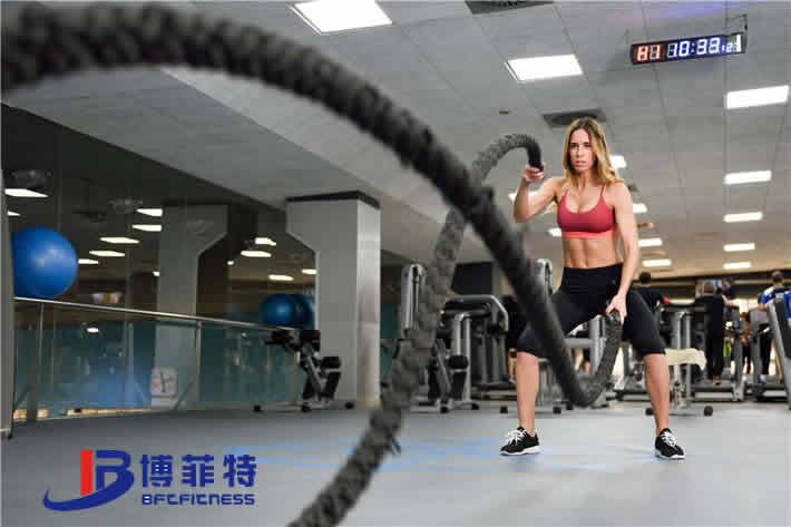 女子在进行战绳训练