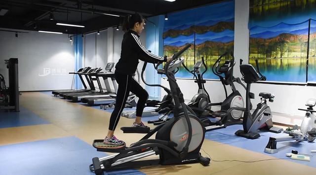划船机,按阻力可分为风阻、磁阻、水阻划船机。有人说一台划船器就相当于一台跑步机+一台椭圆机+一个腹肌版,因为不同于跑步,骑健身车,甚至是高强度的动感单车课程,这三个器械都只针对下半身肌肉,而划船是全身肌肉群都参与的一项运动,并且适用于各个年龄段,这是其它健身器材所不具备的优势。